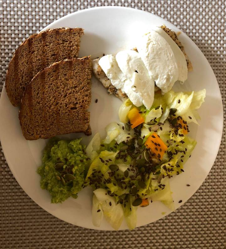 RECEPT: Zeleninový salát s treskou pečenou nabylinkách.